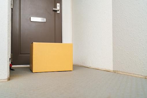 Front Door「Contactless delivery package in front of house door」:スマホ壁紙(0)