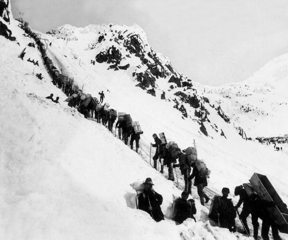 Recreational Pursuit「gold-diggers here in Alaska, climbing up the Chilkoot pass on the way to Klondyke (NWT, Canada) where they are going to find gold, 1898」:写真・画像(5)[壁紙.com]