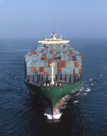Shipping「Cargo containers on freighter in ocean」:スマホ壁紙(8)