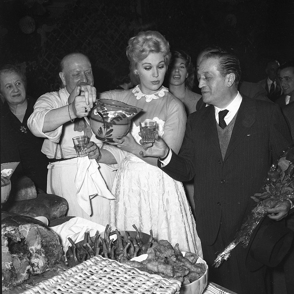 Pouring「American film actress Kim Novak enjoys a picnic and pours the water to film producer Sandro Pallavicini (right) at Cinecittà Studios, Rome 1956」:写真・画像(3)[壁紙.com]