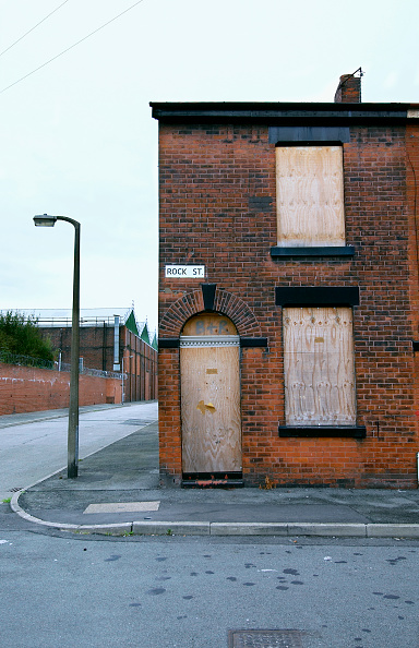 Vitality「Derelict terraced Victorian houses waiting demolition, Salford, near Manchester, England, UK Salford's regeneration objective is to ensure that each neighborhood has its own distinct identity and niche, offering a good mix of housing types, a safe and at」:写真・画像(0)[壁紙.com]