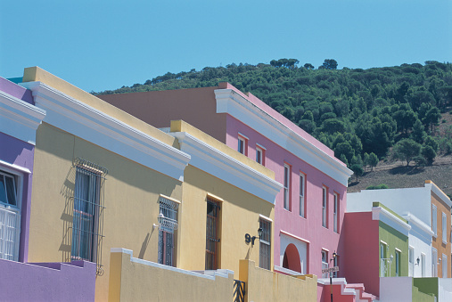 Malay Quarter「South Africa, Cape Town, Bo-Kaap, painted houses, low angle view」:スマホ壁紙(1)