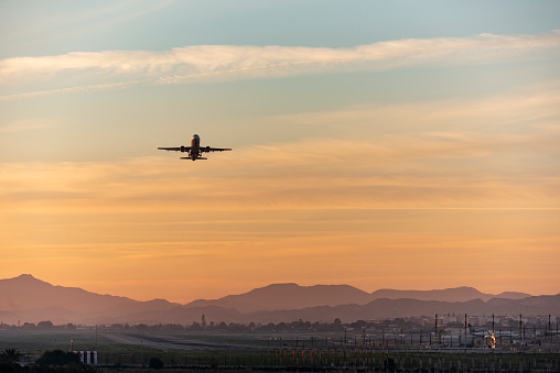 Inexpensive「Airplane taking off at sunset, Alicante-Elche airport, Costa Blanca,Spain,Europe」:スマホ壁紙(10)