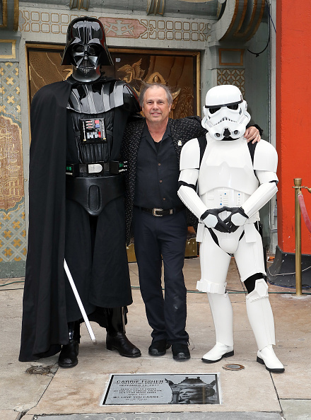 Mann Theaters「Todd Fisher Unveils Commemorative Plaque In Honor Of Carrie Fisher At TCL Chinese Theatre Forecourt」:写真・画像(1)[壁紙.com]