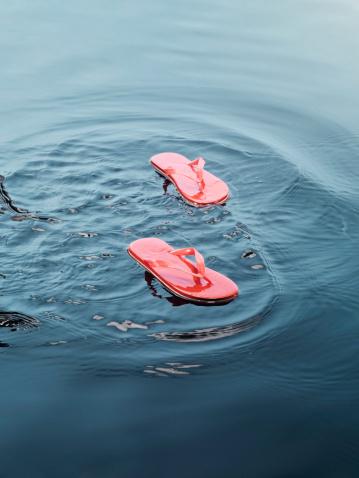 Flip-Flop「Flip flops floating on water」:スマホ壁紙(18)