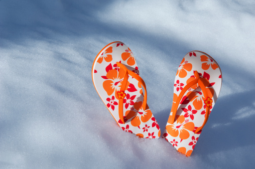 Flip-Flop「Flip flops stuck into snow」:スマホ壁紙(6)