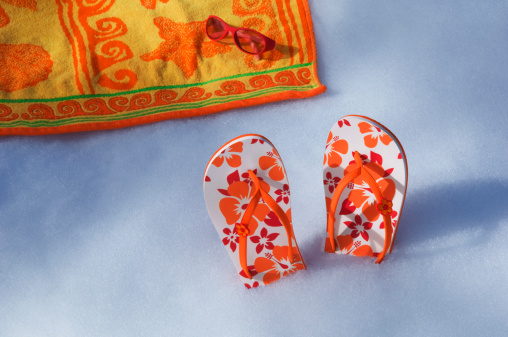 Flip-Flop「Flip flops and beach towel on snow」:スマホ壁紙(9)