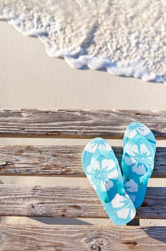 Flip-Flop「Flip flops on pier by sea」:スマホ壁紙(1)