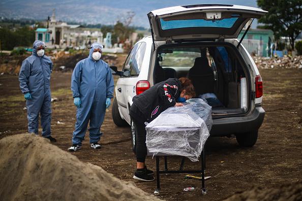 Mexico「Burials At Valle de Chalco Cemetery Amid Coronavirus Pandemic」:写真・画像(1)[壁紙.com]