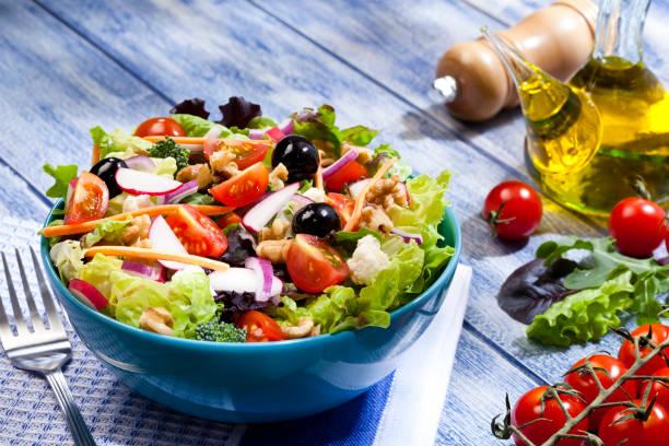 Fresh salad plate on blue picnic table:スマホ壁紙(壁紙.com)