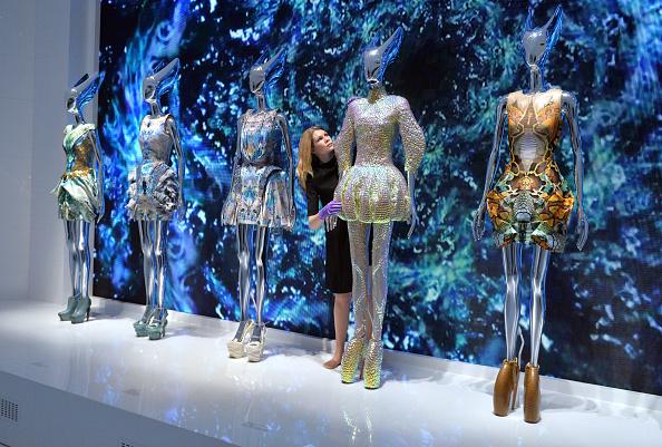 """Alexander McQueen - Designer Label「""""Alexander McQueen: Savage Beauty"""" - Photocall」:写真・画像(1)[壁紙.com]"""