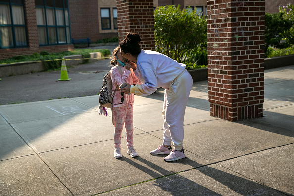 Parent「Connecticut Students Return To School With Hybrid Model During COVID-19 Pandemic」:写真・画像(14)[壁紙.com]