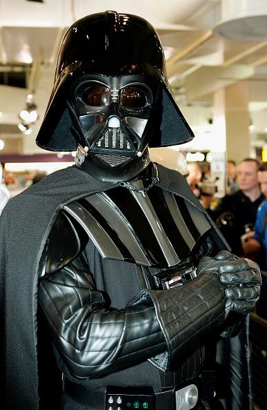 スター・ウォーズ・シリーズ「Star Wars's C3PO Anthony Daniels Signs DVD's」:写真・画像(19)[壁紙.com]