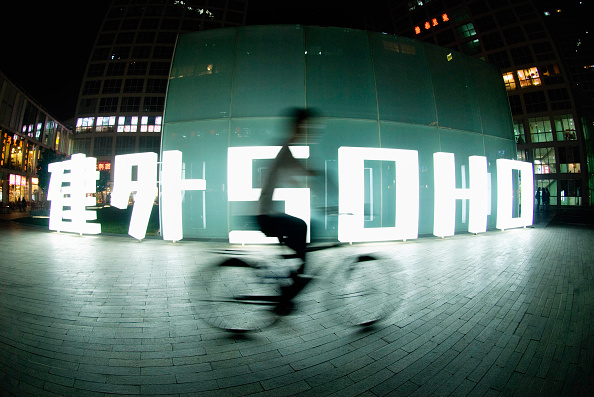 Blurred Motion「Night view of illuminated sign at JianWai SOHO major property development in Beijing CBD, China a mix of residential and commercial property」:写真・画像(13)[壁紙.com]