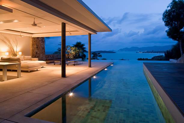 Night view of beautiful villa on island:スマホ壁紙(壁紙.com)