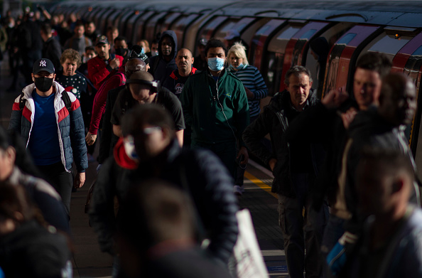 Commuter「UK Eases Some Restrictions In Eighth Week Of Coronavirus Lockdown」:写真・画像(15)[壁紙.com]