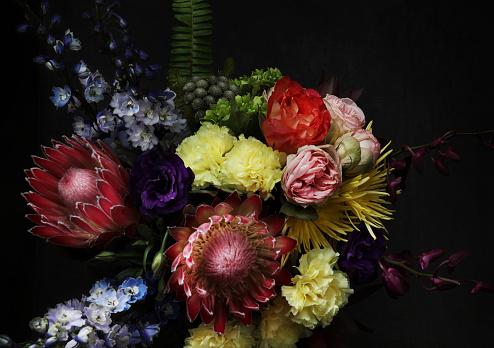 Long「Still life with flowers on dark background」:スマホ壁紙(4)