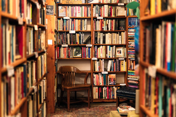 Books on display in the corner of a second hand bookstore:スマホ壁紙(壁紙.com)