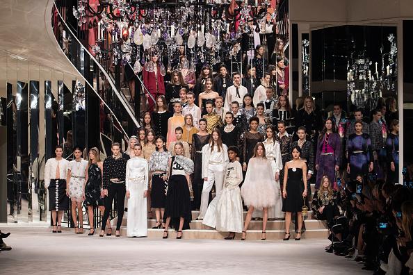 Chanel「Chanel Metiers D'Art 2019-2020 : Runway At Le Grand Palais In Paris」:写真・画像(15)[壁紙.com]