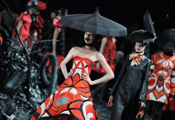 Catwalk - Stage「Alexander McQueen: Paris Fashion Week Ready-to-Wear A/W 09」:写真・画像(7)[壁紙.com]