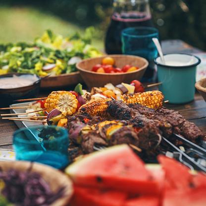 Vegetarian Food「Preparing Lamb, Beef and Vegetable Kebab with Green Salad Outside」:スマホ壁紙(16)