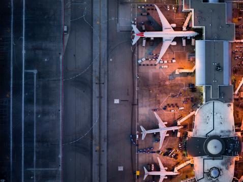 Airport Runway「Airliners at  gates and Control Tower at LAX」:スマホ壁紙(12)