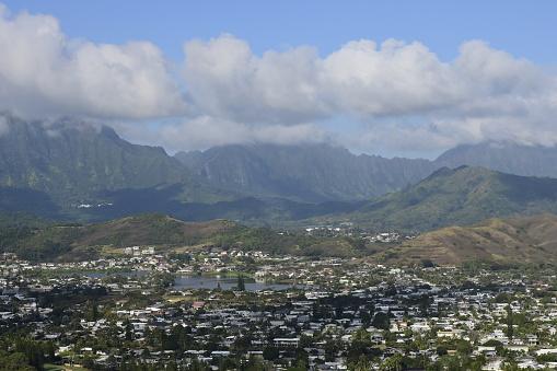 コオラウ山脈「View overlooking a town in Oahu, Hawaii, with the Koolau Mountain Range in background.」:スマホ壁紙(17)