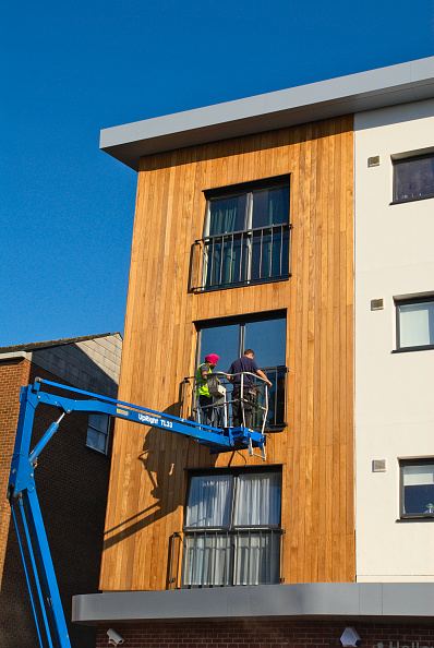 Construction Vehicle「Two people inspecting new window frame on low rise appartments, England, UK」:写真・画像(9)[壁紙.com]