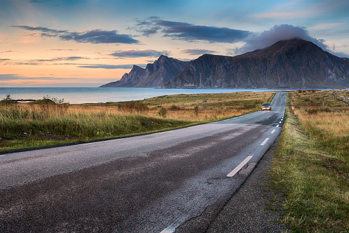 Remote Location「Road in Lofoten, Norway」:スマホ壁紙(1)