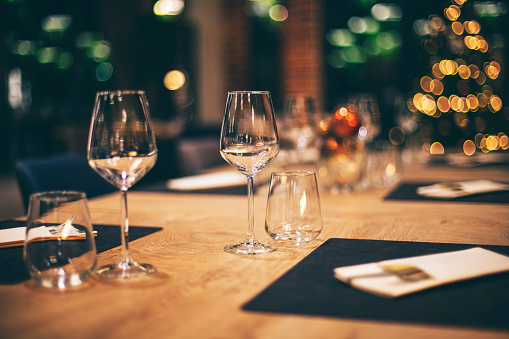 Arranging「Empty glasses in restaurant. Table setting for Christmas celebration」:スマホ壁紙(6)
