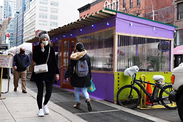 Outdoors「New York City Restaurants Resume Indoor Service At 25% Capacity」:写真・画像(4)[壁紙.com]