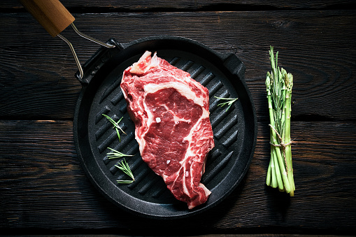 Barbecue Grill「Raw steak and asparagus ready to cook」:スマホ壁紙(10)