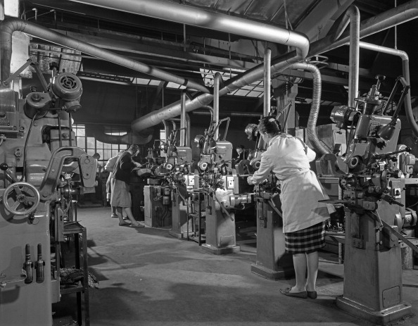 Sharpening「Female workers sharpening saw blades, Sheffield, South Yorkshire, 1963. Artist: Michael Walters」:写真・画像(1)[壁紙.com]