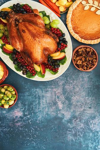Turkey - Bird「Stuffed Turkey for Thanksgiving on Rustic Background」:スマホ壁紙(14)