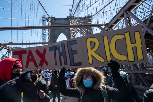 Brooklyn Bridge「Activists March Across Brooklyn Bridge Demanding Funding For Excluded Workers In NY State Budget」:写真・画像(17)[壁紙.com]
