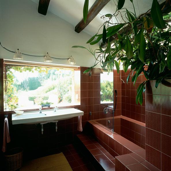 Home Decor「View of a bathtub in a spacious bathroom」:写真・画像(9)[壁紙.com]