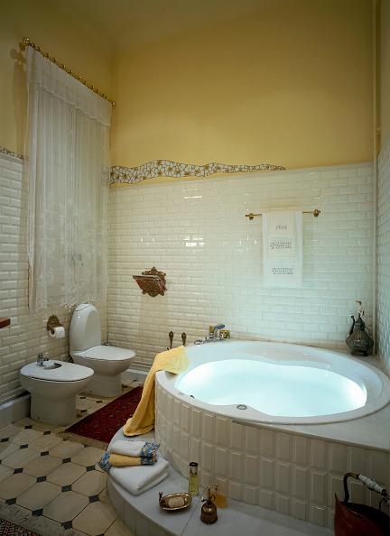 Home Decor「View of a bathtub in a hygienic master bathroom」:写真・画像(18)[壁紙.com]
