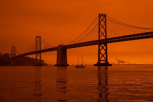 San Francisco-Oakland Bay Bridge「Wildfires Envelop San Francisco Bay Area In Dark Orange Haze」:写真・画像(8)[壁紙.com]