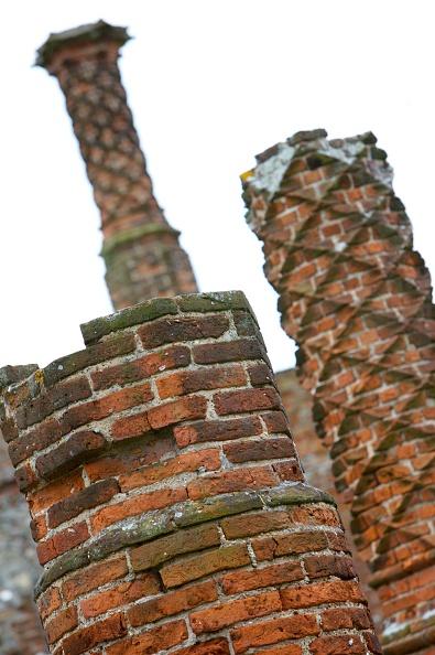 Recreational Pursuit「Detail of an ornate brick chimney, Framlingham Castle, Suffolk, c2000s(?)」:写真・画像(3)[壁紙.com]