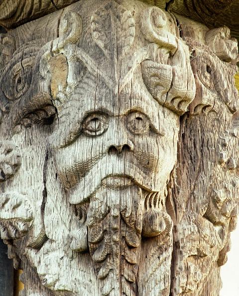 Animal Head「Carved head on the 17th century gatehouse corner post, Stokesay Castle, Shropshire, c2000s(?)」:写真・画像(2)[壁紙.com]