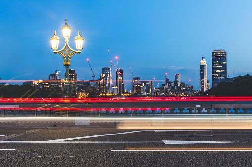 Light Trail「UK, London, traffic light trails on Westminster Bridge at dusk」:スマホ壁紙(6)