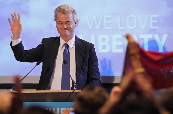 Greeting「Geert Wilders Speaks In Berlin」:写真・画像(5)[壁紙.com]