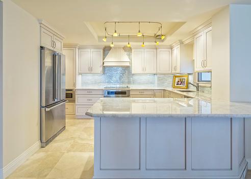 Carpentry「Beautiful Remodeled Kitchen in a Condominium」:スマホ壁紙(16)