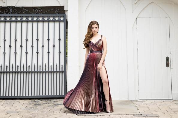 アナ・ケンドリック「Anna Kendrick's Red Carpet Look For The 2021 British Academy Film Awards」:写真・画像(6)[壁紙.com]
