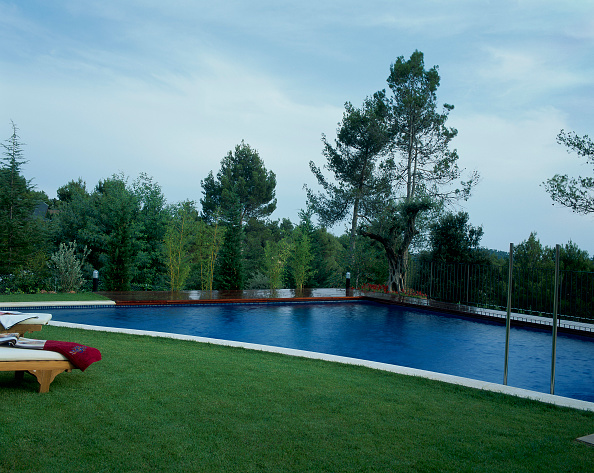 Spa「View of a swimming pool beside a lawn」:写真・画像(10)[壁紙.com]