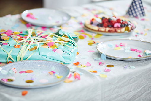 Dessert「Present on table, decorated with confetti」:スマホ壁紙(12)