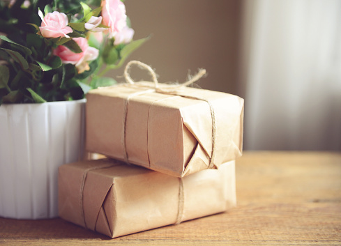 Christmas Paper「boxes in kraft paper on a wooden table」:スマホ壁紙(6)