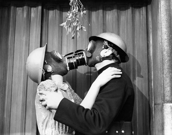 Bizarre「Gas Mask Kiss」:写真・画像(11)[壁紙.com]