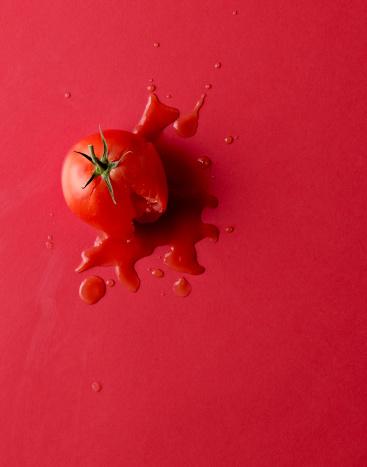 Destruction「Smashed tomato on red background.」:スマホ壁紙(11)